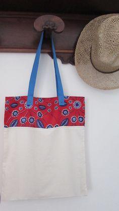 Borsa in tela di cotone e stoffa africana, shop bag stoffa africana, wax africano color rosso blu viola con manico azzurro. Pezzo unico.