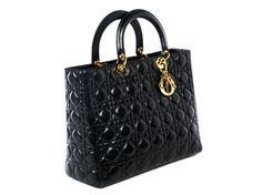 """Ca. 24 x 32 x 11 cm. Schwarze Lederhandtasche mit dekorativer """"Cannage""""-Absteppung, zwei Handgriffen, Reißverschluss und goldfarbenen Beschlägen...."""