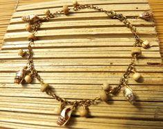 Tornozeleira de conchas e madeira