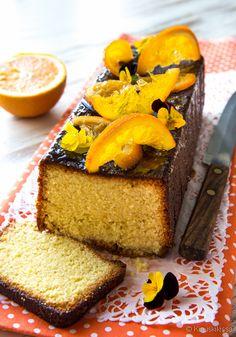 Raikkaan hedelmäinen marokkolainen appelsiinikakku viimeistellään mausteisella siirapilla. Cornbread, Cheesecake, Sweets, Baking, Ethnic Recipes, Desserts, Moroccan, Cake Recipes, Death