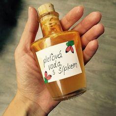 DIY pleťová voda s šípkovým olejem Natural Make Up, Homemade Beauty Products, Natural Cosmetics, Diy Beauty, Remedies, Diy Projects, Bottle, Mini, Health