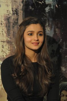 Alia Bhatt's simple hair is what makes her look simply amazing and flawless as her glowing and natural skin! Alia Bhatt Hairstyles, Easy Hairstyles, Bollywood Girls, Bollywood Stars, Beautiful Bollywood Actress, Beautiful Actresses, Aalia Bhatt, Alia Bhatt Cute, Poses For Pictures