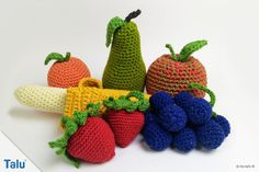 Obst häkeln – Anleitung für Banane, Erdbeere und Co.de Would you like to crochet fruit? Crochet fruits are perfect as decoration or for playing. This guide shows how to crochet banana, strawberry and Co. Crochet Fruit, Crochet Food, Crochet Flowers, Crochet Baby, Loom Knitting, Free Knitting, Baby Knitting, Diy For Kids, Crafts For Kids