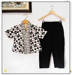 ✿ Setelan Pants Frozen Tops ✿ Kode : 04 Bahan : Katun Primissima proses batik cap kombinasi batik emboss Ukuran : ↘ SIZE XS (7pc) BLOUSE CROP > - Lingkar Dada : 86cm - Panjang : 46cm - Panjang Lengan : 20cm CULLOTE > - Lingkar Pinggang : Fleksible to 80cm (Karet Pinggang kanan-kiri) - Panjang : 79cm Harga : 310rb / set Detail Product > - Tidak dapat dibeli terpisah (Harus satu set) - Blouse Crop pakai kancing sampai bawah - Cullote pants ada resleting belakang - FULL LAPISAN FURING Model Dress Batik, Batik Dress, Batik Kebaya, Cullotes, Dress Anak, Kids Outfits, Cute Outfits, Blouse Batik, Batik Fashion