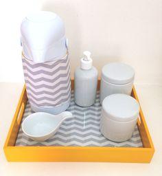 Lindo Kit Higiene para o enxoval do seu bebê. <br>Composto por garrafa térmica de pressão, dois potinhos de porcelana, aparador de água, bandeja sobreposta por tecido e vidro.