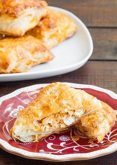 Kıymalı, patatesli, peynirli börekten sıkıldınız mı? O halde sizi limonlu tavuklu milföy böreği yapmaya davet ediyorum.