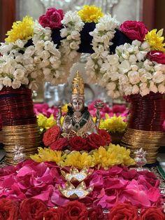 Diwali Decorations At Home, Festival Decorations, Flower Decorations, Wedding Decorations, Diwali Pooja, Diwali Diy, Indian Inspired Decor, Saraswati Goddess, Durga
