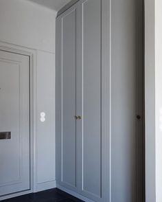 Nu erbjuder vi egentillverkade överbyggnadsstommar anpassade för IKEAs PAX garderober för dig som har högt i tak. Totalhöjderna på garderoberna med våra stommar blir då 265cm eller 300cm. #pickyliving #garderob #garderobsdörrar #dörrar #p1 #sovrum #inredning #inredningsinspiration #interiör #interior #bedroom #wardrobe #closet #doors #inspiration #interiorinspiration #sovrum #säng #sovrumsinspo Pax Closet, Walk In Closet, Closets, Interior Design Living Room, Living Room Designs, Tall Cabinet Storage, Locker Storage, Hacks Ikea, Entry Stairs