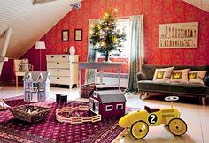 Lastenhuoneessa on tilaa leikkiä. Pöydälle on laitettu pieni joulukuusi tunnelman tuojaksi. Verhot on ommeltu itse pellavaisesta Ananas-kankaasta.   KUUSI KRUUNAA PUNAISEN TALON JUHLAN   Koti ja keittiö