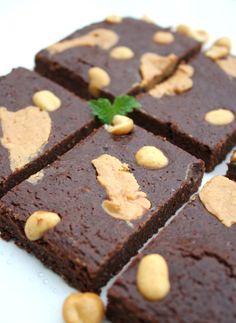 God torsdag! Sjokolade & peanøtt, salt & søtt er en sikker vinner, og eg måtte prøve meg på en n... Brownie Cake, Brownies, 8 Bit, Protein, Snacks, Desserts, Chocolate Cakes, Food, Blogging