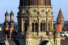 The main Protestant church in the middle of the Kaiserstrasse catches every eye. City architect Eduard Kreissig constructed it in the style of the Italian High Renaissance. The dome recalls St. Peter`s in Rome. ©Landeshauptstadt Mainz