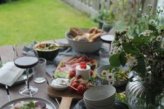 Sommerliches Abendbrot - Jules kleines Freudenhaus Feta Salat, Table Settings, Summer Time Love, Cold Cuts, Brown Trout, Watermelon, Dinner Napkins, Place Settings, Tablescapes