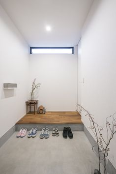 天井近くにつくられた横長の窓が光をとりこむ。 Life Design, House Design, Natural Interior, Interior Decorating, Interior Design, Entry Foyer, Japanese House, House Rooms, Home Art