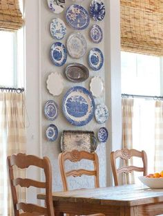 Exhibición de platos decorativos