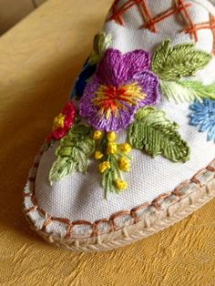 Best 12 Alpargatas y zapatillas – Page 368732288240055423 Hand Embroidery Flowers, Embroidered Roses, Floral Embroidery, Diy And Crafts, Arts And Crafts, Women's Espadrilles, Creative Embroidery, Satin Stitch, Flower Designs