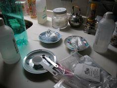 自宅での実験風景。キッチン用品も実験用具に