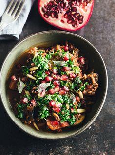 Få opskriften på en gryderet inspireret af maden fra Marokko. Den spicy gryderet er fyldt med oksekød, krydderier, gremolata og toppet med granatæbler!