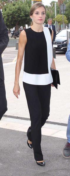 La Reina ha reaparecido para visitar a los heridos del atentado de Barcelona en los distintos hospitales. En blanco y negro y con la tristeza en el rostro.