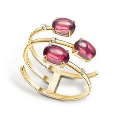 As drops of dew...look this ring from the Vida collection by Manoel Bernades simple and different in yellow gold with rodolites and diamonds __________ Como gotas de rocío...mira esta sortija de la colección Vida de Manoel Bernades sencilla y diferente en oro amarillo con rodalitas y diamantes __________ #DeJoyaEnJoya #FromJewelToJewel #JewelryBlog #ManoelBernades #BrazilianJewelry #BrazilianDesign #ColourGems #GemasDeColor #InstaRings #anillo #sortija #schmuck #...