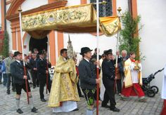 """THE FEAST OF THE THREE HOSTS AT ANDECHS The """"Three Holy Hosts"""" refer to the consecrated hosts. Two are said to trace back to Pope Gregory the Great (+ 604); the third host goes back to Pope Leo IX (+ 1054). As early as the 12th century, they came from Rome and via Bamburg to Andechs Castle. Their rediscovery in 1388 created a sensation and reinvigorated the pilgrimage at Andechs, whose beginnings go back to the 11th century."""