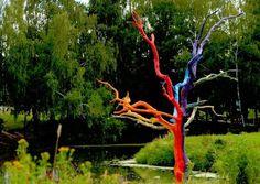 arbre mort peint-couleurs-joyeuses-décorer-jardin