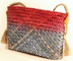 Kete shoulder bag with tassels. Flax Weaving, Basket Weaving, Woven Baskets, Traditional Baskets, Maori Designs, Maori Art, Crochet Clothes, Straw Bag, 3 D