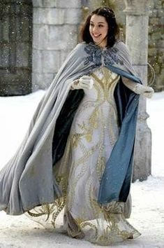 Adelaide Kane & Caitlin Stasey: Snowball Fight on 'Reign'!: Photo Adelaide Kane and her ladies in waiting try to keep warm while playing in the snow in this new still from Reign. Adelaide Kane, Serie Reign, Marie Stuart, Reign Tv Show, Reign Mary, Reign Dresses, Reign Fashion, Queen Dress, Medieval Dress