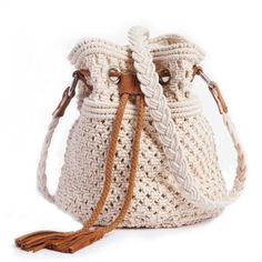 Macramé bucket bag from Mademoiselle R. Soft, casual bag in vintage macramé with leather trim : bag on trend and perfect for Macrame Purse, Macrame Knots, Macrame Jewelry, Crochet Handbags, Crochet Purses, Boho Bags, Macrame Projects, Macrame Patterns, Casual Bags
