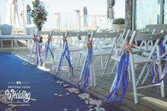 Ceremonie, ceremoniestoeltjes versierd met linten, blush, blauw en zeesterren. #dechibeach strandbruiloft