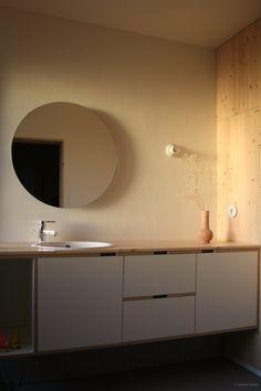 gezellige badkamer en badkamermeubel diy met multiplex, grenen, betonplex. Mortex vloer