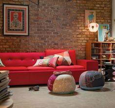 tijolos aparentes, com juntas e sem pintura, amei a combinação com o sofá vermelho e os quadros