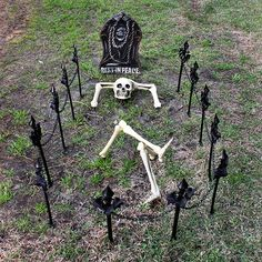 These outdoor Halloween decorations are guaranteed to cast a spooky spell over the whole neighborhood. Each easy Halloween decoration is made for your front door, porch, sidewalk, or yard and can weather the cold or rain. Halloween Outside, Soirée Halloween, Halloween Design, Halloween Makeup, Halloween Costumes, Women Halloween, Diy Halloween Graveyard, Halloween Coffin, Halloween Clothes