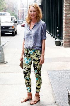 Tame wild pants with simple sandals with a low key chambray top streetstyle Casual Outfits, Summer Outfits, Cute Outfits, Chambray Top, Chambray Shirts, Denim Shirt, Jean Shorts, Street Chic, Street Style