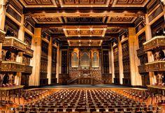 """Das bisher einzige Opernhaus an der Golfküste verfügt über 1.100 Sitzplätze und braucht den Vergleich mit berühmten Spielstätten nicht zu scheuen. Nicht weniger als drei Opern von Weltrang lockten in den ersten Wochen zum Besuch des Festspielhauses: Das Bühnenbild von """"Carmen"""" arrangierte Oscar-Preisträger Gianni Quaranta, """"Turandot"""" begeisterte als Inszenierung mit Placido Domingo und Franco Zeffirelli und für """"Schwanensee"""" tanzte das berühmte Mariinsky Ballet."""