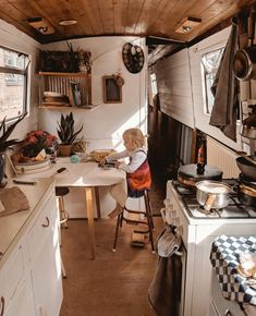 Is it really possible to live on a houseboat?different types of houseboats that are commonly used as fulltime dwellings of vacation homes. Cosy Camping, Barge Interior, Narrowboat Interiors, Sailboat Interior, Van Home, Small Space Design, Floating House, Tiny House Movement, Tiny Living
