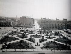 Foto del Zocalo de la Ciudad de México y la hoy Av. 20 de noviembre,  tomada desde una de las torres de la Catedral. (ca. 1935).