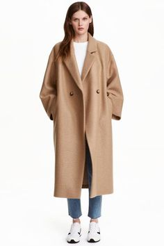 Oversized wool coat: PREMIUM QUALITY. Double-breasted, calf-length wool coat in an oversized style with dropped shoulders, wide sleeves and diagonal pockets at the front. Lined.