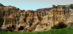 Katakekaumene/Kula/ Manisa/// Türkiye'nin en genç volkanik sahalarından birisi olan Kula Jeoparkı içerisinde 80 adet volkanik cüruf konisi, 5 adet maar yer alır. Minyatür boyuttaki bu cüruf konilerinin zemininde zirvelerine yükseklikleri 150m'yi geçmez. Cüruf konilerinden bir kısmı karakteristik kraterlere sahiptir. Old Houses, Mount Rushmore, Turkey, Traditional, Mountains, Colors, Nature, Travel, Naturaleza