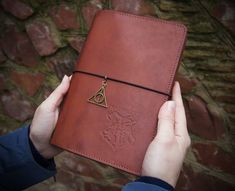 If you look for a perfect gift for Harry Potter fan, either an adult or a child, you need go no further. This notebook will stand out from all others. Harry Potter Planner, Harry Potter Journal, Harry Potter Gifts, Harry Potter Fandom, Leather Notebook, Leather Journal, Leather Books, Notebook Design, Travelers Notebook