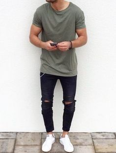 Stylish and trendy ripped jeans outfit for men Kleidung Design, Mode Man, Ripped Jeans Outfit, Men's Skinny Jeans, Green Jeans Outfit, Casual Outfits, Men Casual, Casual Styles, Stylish Outfits For Men