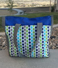 Take your essentials on the go with this Urban Traveler Tote Bag. This DIY bag is a great way to carry all of your outdoor belongings for an afternoon at the park or a day at the beach. With this pattern, you'll learn how to make recessed zipper. Bag Pattern Free, Bag Patterns To Sew, Tote Pattern, Sewing Patterns, Handbag Patterns, Extra Large Tote Bags, Diy Tote Bag, Diy Bags, Fabric Bags