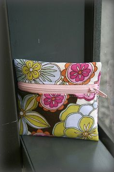 Some time back, I made a little purse for a friend's two-year-old from a free pleated pouch tutorial on Skip to My Lou. Sweet Paige unwrapped it, slung it over her shoulder and strutted arou...