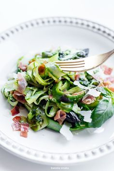 Tagliatelle ze szparagów z suszoną szynką, parmezanem i pesto bazyliowym Pasta Recipes, Diet Recipes, Cooking Recipes, A Food, Good Food, Basil Pesto, Asparagus, Green Beans, Spinach