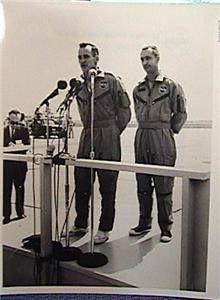 Gemini 4 astronauts Ed White and Jim McDivitt Project Gemini, Nasa History, Nasa Astronauts, Vintage Space, Man On The Moon, Space Program, Space Travel, Space Exploration, Apollo