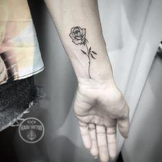 O pequeno e delicado botão de rosa da cliente Marcia!! Até breve! .  Contato para orçamento e agendamento no tel 27 999805879 com Bruno de segunda a sexta de 8 as 18 hs .  Snap: Kadutattoo .  #kadutattoo #tattoo #tattoos #tatuagem #tatuagens #tattoo2me #delicate #tatuagensdelicadas #finelinetattoo #rose #rosetattoo #rosa