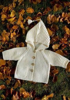 En flot varm og behaglig jakke med hætte i struktur strikket i Mayflower vidunderlige Easy Care. En kvalitet der er