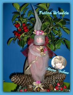 FATINA BRISEIDE. Faccina in collant imbottito E DIPINTA CON COLORI ACRILICI...corpo e vestitino ... utilizzando un gomitolo di lana cardata sfumata rosa. Adornata con fiori e nastrino dorato...soffice ...eterea e profumatissima. https://www.facebook.com/LeBamboleDiMoiraSolena/