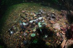 """Foto: picture-alliance / Photoshot/Oce Schatztaucher Barry Clifford fuhr zum Wrack des Piratenschiffes """"Whydah"""" vor der Küste von Massachusetts. Er steuerte an eine Stelle, die er nie zuvor erforscht hatte und fand dort was er sich erhofft hatte: Hinweise auf weitere, noch unentdeckte Schätze. Bis zu 400.000 Münzen könnten in der Nähe von Cape Cod noch auf dem Meeresboden liegen - Wie auf diesem simulierten Bild, könnte der Schatz aussehen"""