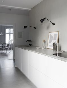 Kjøkkenet er fra Kvik, mens benkeplaten og vasken i betong er laget på tegning. The kitchen is from Kvik, while the countertop and the sink in concrete are made from drawings by TungeTing on Voss. Tidy Kitchen, Minimal Kitchen, Modern Kitchen Design, Mexican Style Kitchens, Trendy Furniture, House Inside, Nordic Design, Minimalist Decor, Living Styles