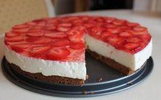 Svěží jahodový dort plný tvarohovo smetanové nádivky. Namísto pečené piškoty použijeme kakaové bebe sušenky a urychlíme si tak přípravu.